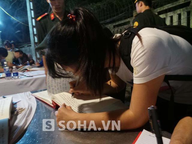 Mặc dù lực lượng an ninh, sinh viên tình nguyện liên tục thông báo cổng ở ngôi nhà số 30 Hoàng Diệu sắp đóng nhưng nhiều người vẫn cố nán lại để viết những dòng cảm tưởng vào cuốn sổ tang.