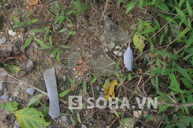 Những mảnh vụn vỡ của chiếc xe máy nhãn hiệu Yamaha Sirius của hai đối tượng trộm chó sau khi bị đổ ngã còn sót lại tại hiện trường.