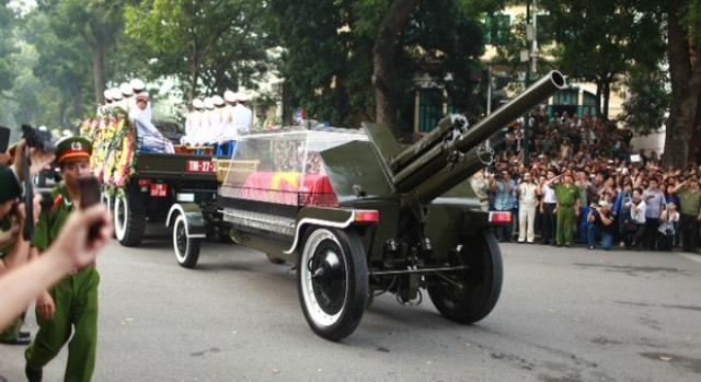 Chiếc xe Linh Xa đang chầm chậm tiến về ngôi nhà của Đại tướng tại số 30 Hoàng Diệu