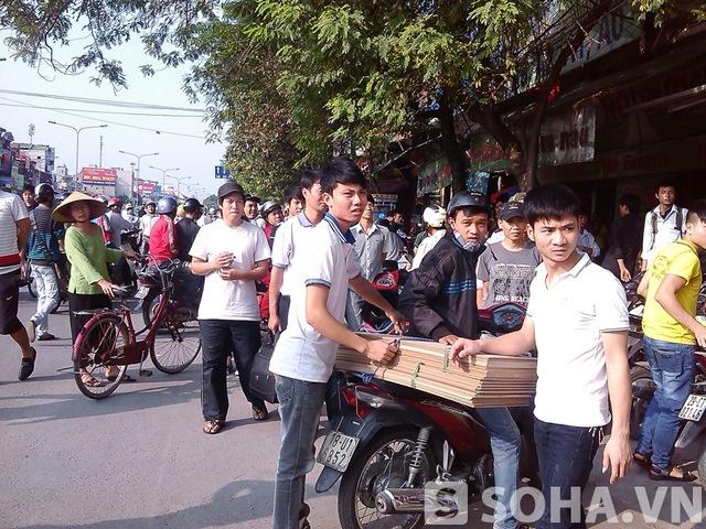 Rất đông người dân tập trung tại khu vực 45 Giải Phóng để theo dõi sự việc