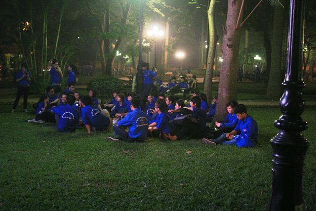 Đoàn thanh niên tình nguyện tranh thủ thay nhau nghỉ ngơi để tiếp tục công việc, với họ được tham gia phục vụ trong lễ tang Đại tướng là một vinh dự và cũng là tấm lòng thành của thế hệ thanh niên đối với Đại tướng.