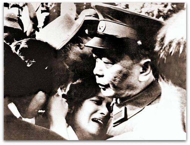Đại tướng Võ Nguyên Giáp vỗ về an ủi đồng bào trước sự ra đi của Chủ tịch Hồ Chí Minh