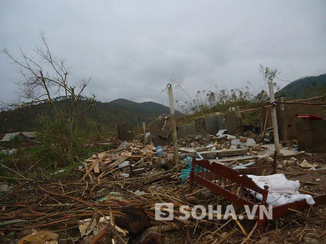 Lốc dữ xóa tan ngôi nhà nhỏ của anh Sơn.