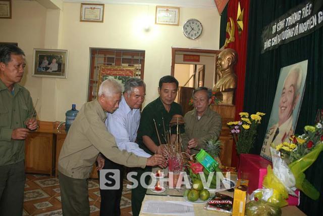 Các Cựu chiến binh tỉnh Điện Biên tới thắp hương Đại tướng tại bàn thờ Đại tướng đặt tại trụ sở của Hội.