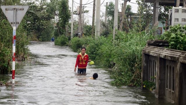 Nhiều tuyến đường ngập sâu trong nước.