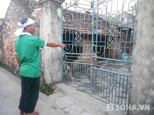 Cánh cổng nhà hé mở khác lạ như thường ngày khiến nhiều người dân nghi ngờ