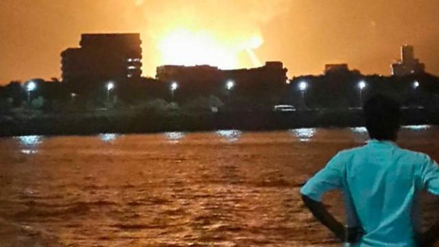Ngọn lửa bốc lên từ tàu INS Sindhurakshak sau vụ nổ