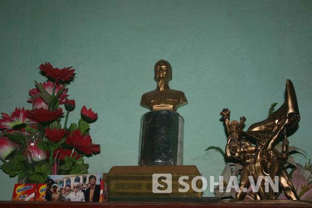 Bức ảnh chụp Đại tướng được ông Cư đặt trang trọng trên bàn thờ cùng với tượng Bác Hồ và tượng đài chiến thắng Điện Biên.