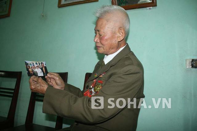 Ông Phạm Đức Cư và bức ảnh ông chụp Đại tướng năm 2004.