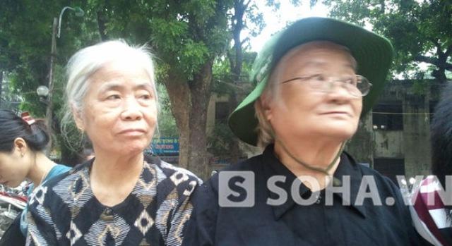 Cụ bà Nguyễn Thị Mão (77 tuổi), nhà ở phố Trung Tự, là cựu thanh niên xung phong, đã đứng cả đêm trước Nhà tang lễ.