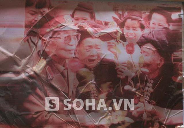 Bức ảnh cụ Lù Thị Đôi chụp cùng Đại tướng Võ Nguyên Giáp vào năm 2004.