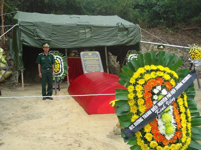 Vòng hoa của đồng chí Dương Thanh Biểu, nguyên Phó Viện trưởng Viện kiểm sát nhân dân Tối cao viếng Đại tướng.