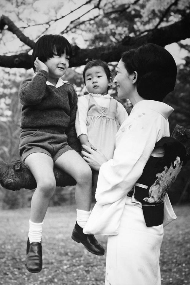 Lần đầu tiên trong lịch sử dân chúng Nhật Bản được chứng kiến một hoàng hậu tự tay nấu cơm, chăm sóc con cái.