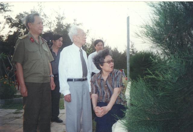 Đại tướng Võ Nguyên Giáp cùng phu nhân tại bờ biển Quảng Bình – nơi mà Chủ tịch Hồ Chí Minh từng thăm các ngư dân.