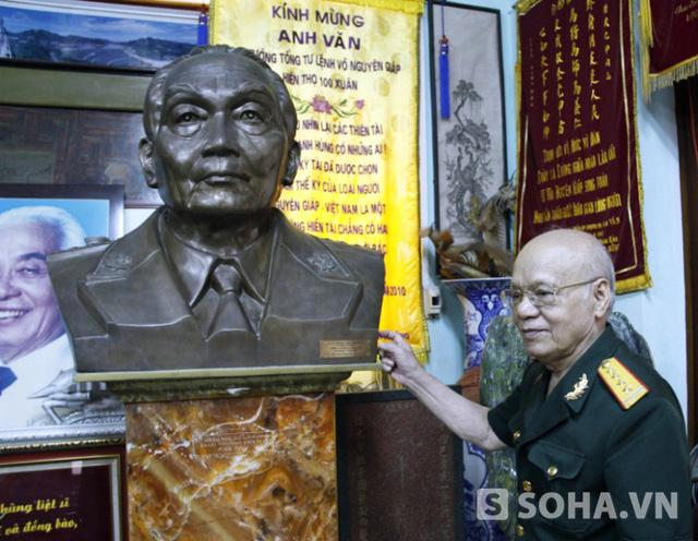 Đại tá Nguyễn Huyên bên cạnh tượng của Đại tướng Võ Nguyên Giáp