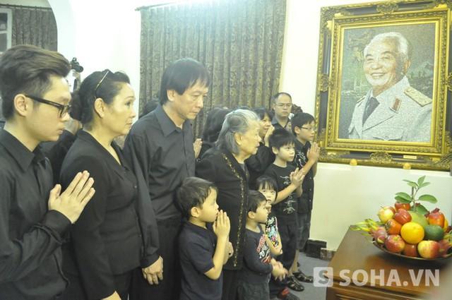 Đại gia đình của Đại tướng Võ Nguyên Giáp đứng trước bàn thờ của ông (Ảnh: Tuấn Nam)