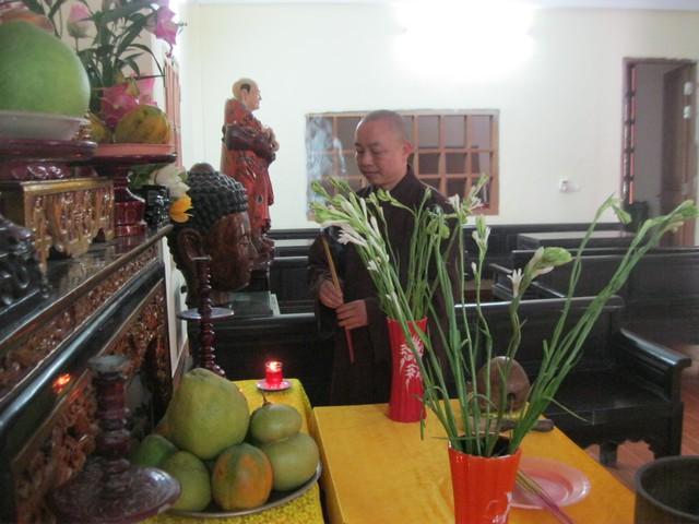Trụ trì chùa Pháp Vân rước di ảnh Đại tướng về an vị cửa Phật