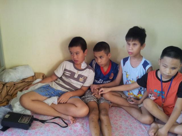 Những trẻ em mù lặng ngồi bên nhau nghe đài để tưởng tượng về cụ Võ Nguyên Giáp.
