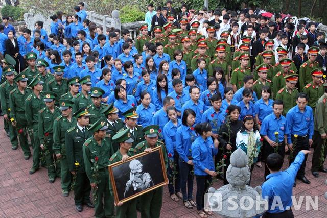 Đông đảo các cơ quan, đoàn thể, người dân Điện Biên tới viếng Đại tướng trên đồi E2 (TP Điện Biên Phủ).