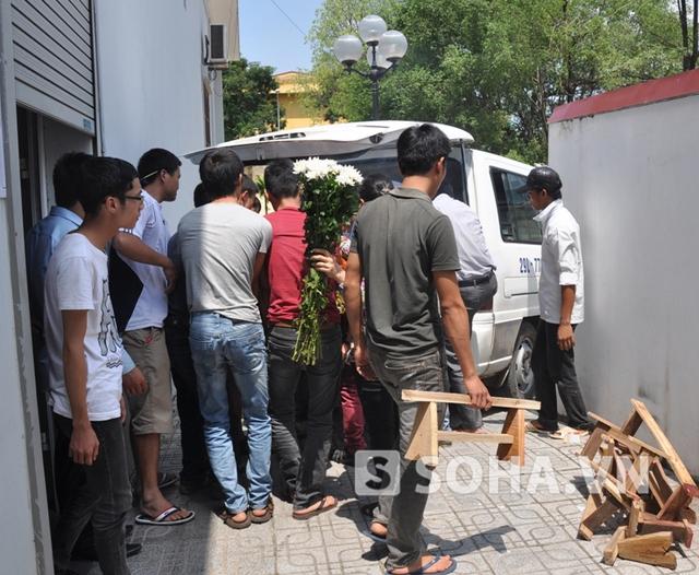 Người nhà nạn nhân đưa thi thể  về quê mai táng