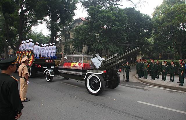 Khoảng 8h30, linh xa chở Đại tướng dừng trước số 30 Hoàng Diệu đểthực hiện các nghi lễ tâm linh trước khi tiếp tục hành trình ra sân bayvề Quảng Bình.