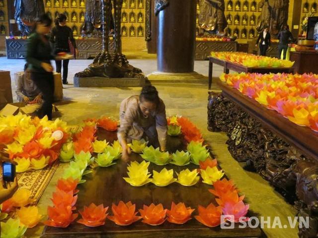 Các hoa đăng được xếp thành chữ