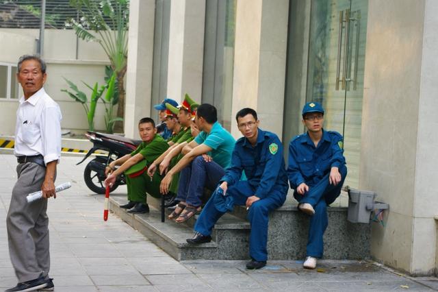 Những người chiến sĩ cảnh sát, những cảnh vệ vẫn không thể tin được họ vừa phải chia tay Đại tướng.