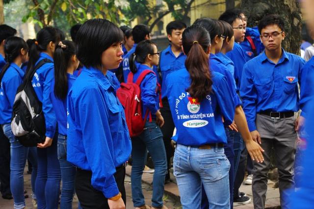 Một nữ sinh viên tình nguyện vẫn không kìm được nước mắt mặc dù đoàn xe chở quan tài Đại tướng đã đi xa.