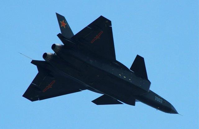 Ngoài ra, J-20 còn tồn tại 2 điểm yếu chết người về phát triển động cơ và hệ thống radar. Giới chuyên gia Nga nhận định, để hoàn thiện được J-20, Trung Quốc cần ít nhất 8 năm nữa. Hành động chèo kéo Nga để mua một loạt Su-35 (Thế hệ máy bay thứ 4++ của Nga) của Trung Quốc cũng nhằm khắc phục quãng thời gian thiếu J-20 và dùng công nghệ của Su-35 bù đắp cho J-20.