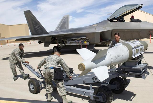 Trong nhiệm vụ oanh tạc mặt đất, F-22 có thể mang 2 đạn tên lửa tầm trung AIM-120, 2 đạn tên lửa tầm ngắn AIM-9 và 2 bom JDAM hoặc 2 bom chùm hoặc 8 bom đường kính nhỏ GBU-39 SDB có điều khiển.