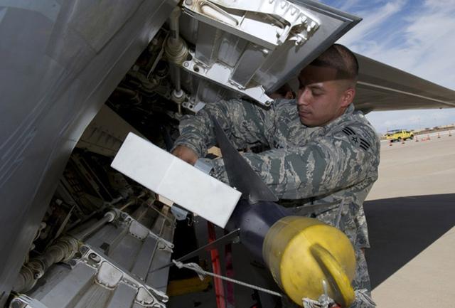 Với tên lửa AIM-9 trang bị trên F-22 có khả năng tiêu diệt kẻ thù trong bán kính 1-35 km, có thể điều khiển bằng lực đẩy vecto, có chức năng phát hiện mục tiêu bằng radar do đó có thể tiêu diện mục tiêu từ mọi phía. AIM-9 có trọng lượng 85 kg, trọng lượng đầu đạn 9,4 kg, dài 3 m, đường kính thân 12,7 cm, được trang bị chủ yếu trên các máy bay chiến đấu và gần đây còn được trang bị trên một số máy bay trực thăng.