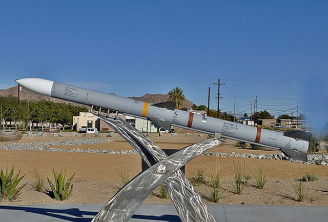 Trong đó tên lửa AIM-120 được thiết kế để phục vụ tác chiến ngoài tầm nhìn, AIM-120 là tên lửa không đối không tầm trung sử dụng nguyên tắc dẫn đường bán chủ động. Theo đó, sau khi phóng, tên lửa sẽ bay theo chế độ quán tính ở giai đoạn đầu và cập nhật thông tin mục tiêu từ máy bay mẹ ở pha giữa.