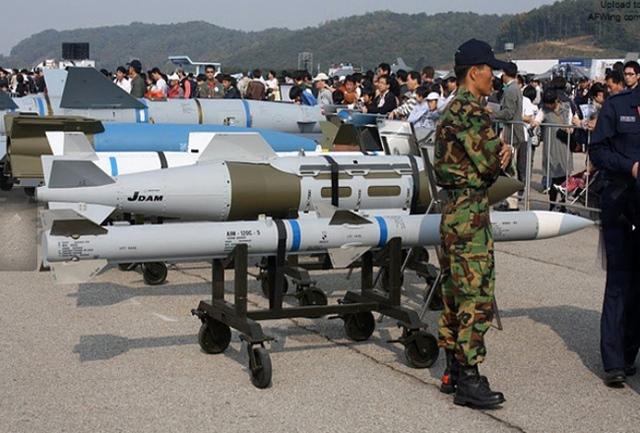 Khi tới gần mục tiêu, đạn tên lửa sẽ tự kích hoạt radar tự thân để khóa và tiêu diệt mục tiêu. Tuy nhiên, trong trường hợp mục tiêu ở phạm vi gần, tên lửa sẽ kích hoạt radar tự thân để tìm kiếm và tiêu diệt mục tiêu tương tự như các loại tên lửa không đối không tầm ngắn. Tên lửa AIM-120 được trang bị radar chủ động có đường kính 177,8mm và có tầm bắn là 120 km. Dòng tên lửa không đối không tầm trung này đạt vận tốc bay tới Mach 4 (4.600 km/giờ).