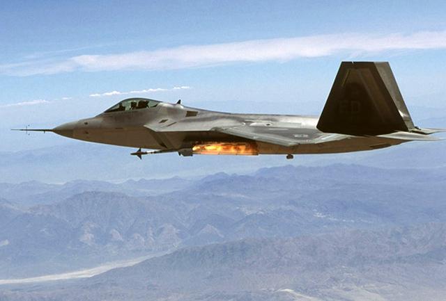 F-22 phóng tên lửa đối không tầm ngắn AIM-9 từ cửa khoang vũ khí nhỏ bên gốc cánh.