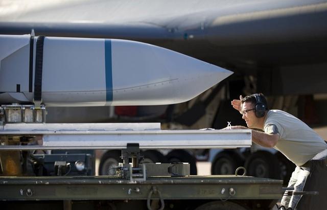 Ngày 12/6/2013, Không quân Mỹ cũng tiến hành thử nghiệm nạp tên lửa chống hạm LRASM trên máy bay ném bom B-1 tại căn cứ không quân Gyess, Texas. Theo đó, cuộc thử nghiệm do đội vận chuyển đạn dược số 7, Không quân Mỹ thực hiện. Những hoạt động này là một phần của cuộc thử nghiệm do đơn vị vũ khí số 337 của Mỹ tiến hành.