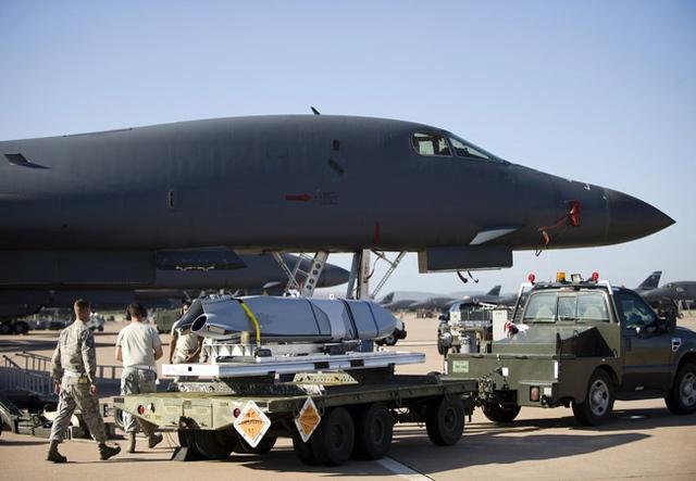 Tên lửa LRASM được sản xuất dựa trên nền tảng của tên lửa chống hạm tầm xa không đối hải JASSM-ER nhưng có tầm bắn ngắn hơn. LRASM sử dụng các công nghệ tín hiệu, năng lượng, điều khiển kiểu mới.