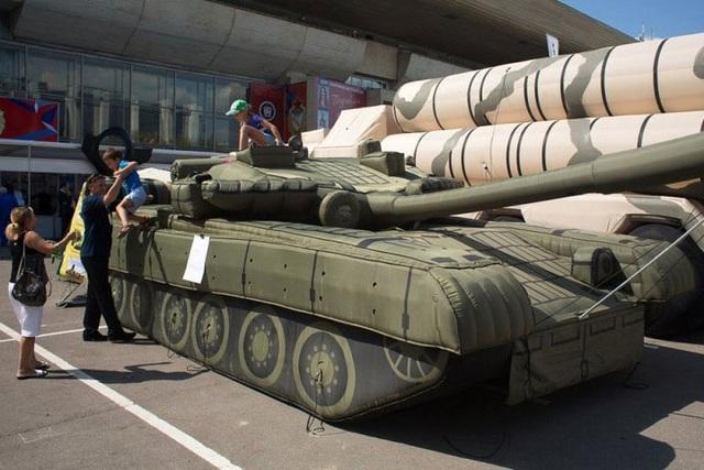 Những chiếc xe tăng T-80 và tên lửa phòng không S-300 bơm hơi, tạo ra mục tiêu giả làm đối phương tấn công nhầm.