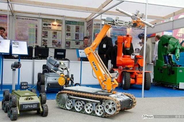 Rất nhiều loại robot mặt đất được trưng bày ở triển lãm.