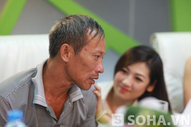 Với kinh nghiệm, kĩ năng mà mình học được từ trường Báo, Tú Anh đã có những cử chỉ để giúp bác bình tĩnh trở lại.