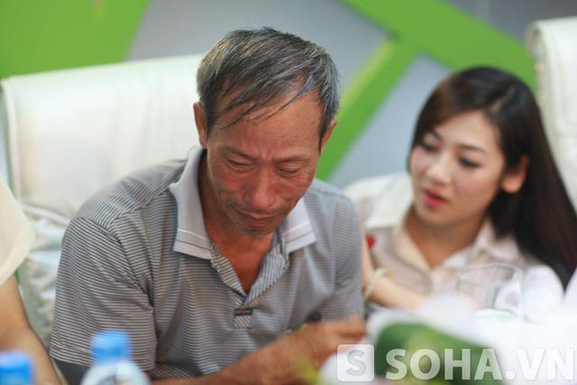 Bác Nguyễn Hữu Định không kìm được lòng minh và đã bật khóc khi đang trò chuyện.