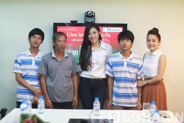 Bên cạnh á hậu Dương Tú Anh, buổi giao lưu còn có sự góp mặt của ca sĩĐoàn Thu Trang, hot girl Hà Lade và hàng chục nhà hảo tâm khác.