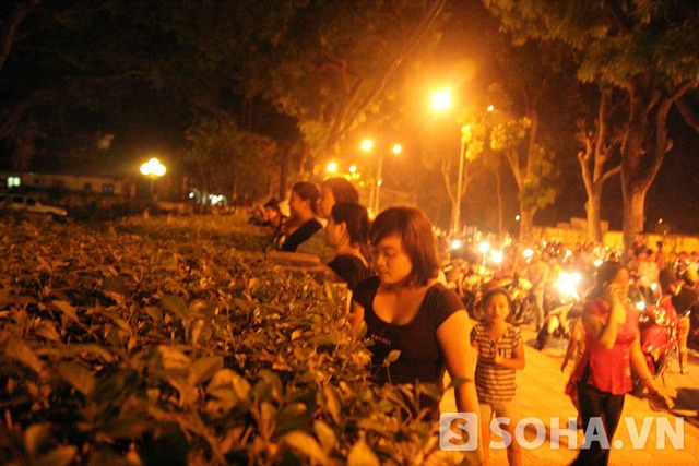 Nhiều người đã đứng trước nhà của Đại tướng để bày tỏ sự tiếc thương vô bờ với người anh cả của Quân đội Nhân dân Việt Nam.