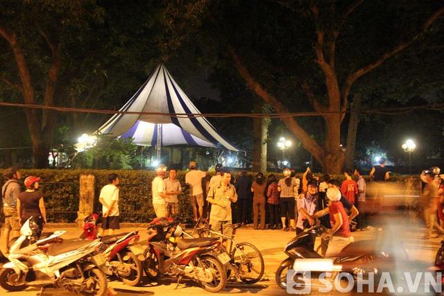 Đêm 6/10, rất đông người vẫn đứng chờ bên ngoài số 30 Hoàng Diệu, trước nhà của Đại tướng