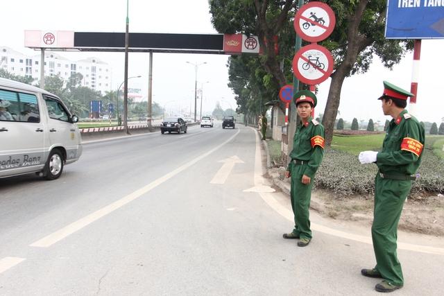 Công an đã đứng dọc từ đoạn Cầu Giấy đến cầu Thăng Long, mỗi người đứng cách nhau khoảng 10 mét.