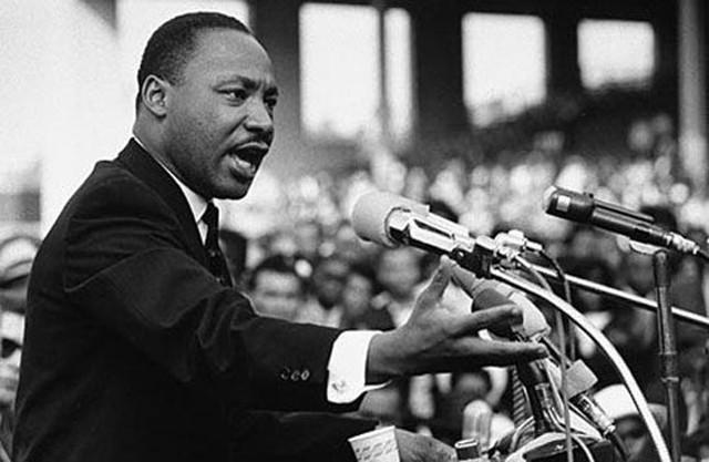 Mục sư Martin Luther King đọc diễn văn trước hàng nghìn người dân tại Đài tưởng niệm Lincoln năm 1963.