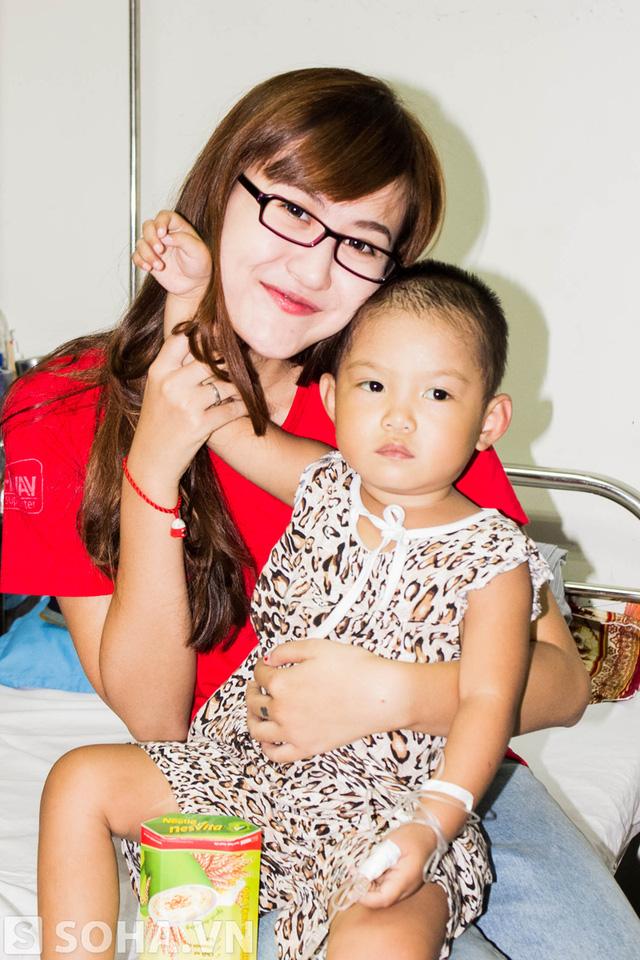 Cô gái trẻ tỏ ra rất vui vì mình đã góp được một phần công sức nhỏ bé để giúp những người bệnh qua cơn hiểm nghèo.