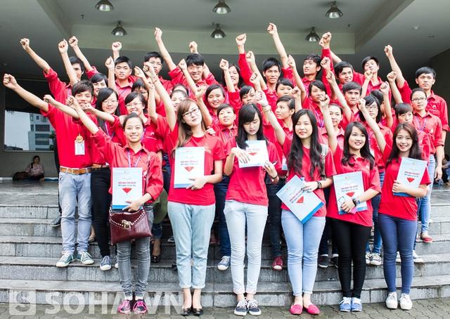 Mẫn Tiên và Hà Lade chụp ảnh chung cùng Hội quân hành trình đỏ.