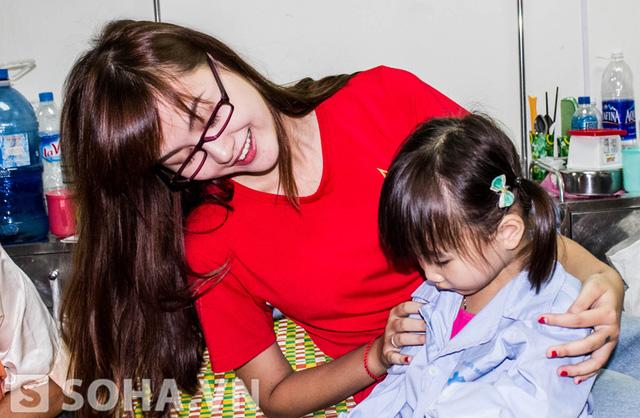 Thấy các bé còn lạ lẫm, Hà Lade đã chủ động bắt chuyện với một bé gái.