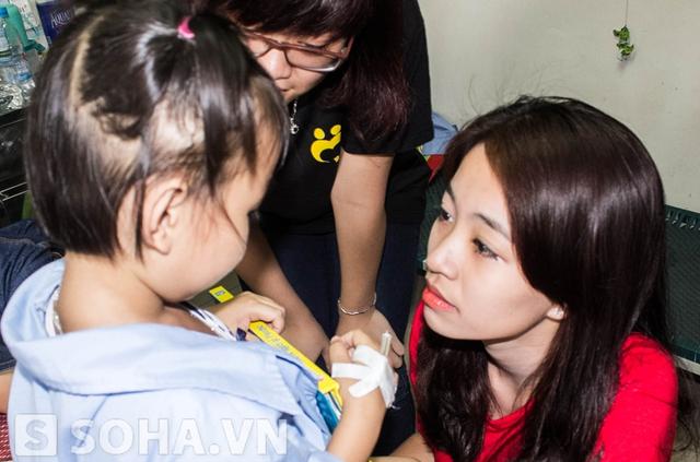 Hot girl Hà Lade giản dị làm công tác xã hội