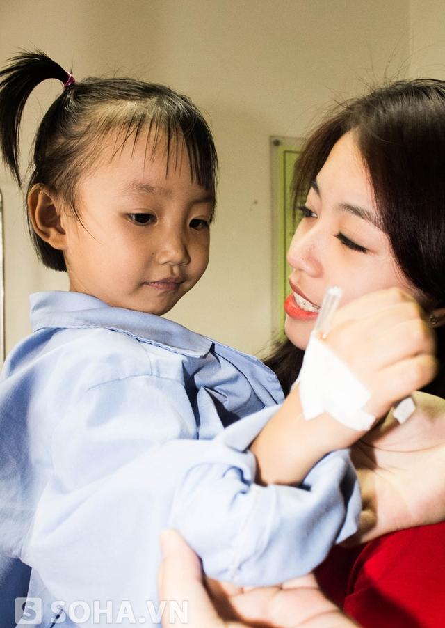 Mẫn Tiên rất thương cảm với căn bệnh của một bé gái.